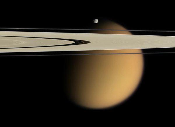 Bonito flagra do sistema saturniano: anéis de Saturno com Titã ao fundo, encimados pelo satélite Epimeteu. (Crédito: NASA/JPL/Space Science Institute)