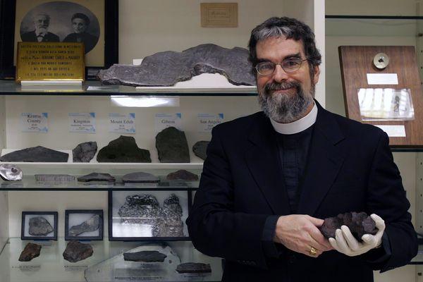 O jesuíta americano Guy Consolmagno na bela coleção de meteoritos do Observatório do Vaticano. (Crédito: Alessia Giuliani/Divulgação)