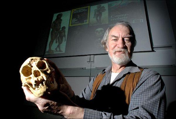 """Criador e criatura: Mike Morwood com o crânio de seu """"hobbit"""""""