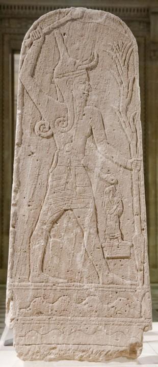 Imagem do deus cananeu Baal encontrada em Ugarit (Ras Shamra, atual Síria). (Crédito: Museu do Louvre)