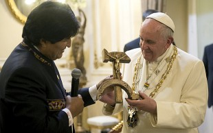 Evo, Francisco e o crucifixo para lá de esquisito (Crédito: Associated Press)