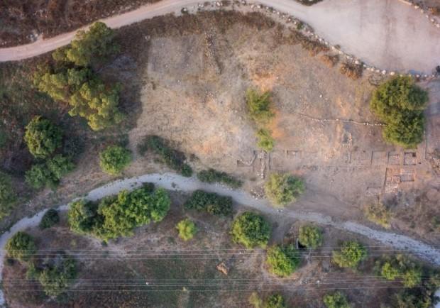 Vista aérea da antiga cidade filisteia de Gath, com restos das fortificações no alto, à direita. (Crédito: Divulgação)