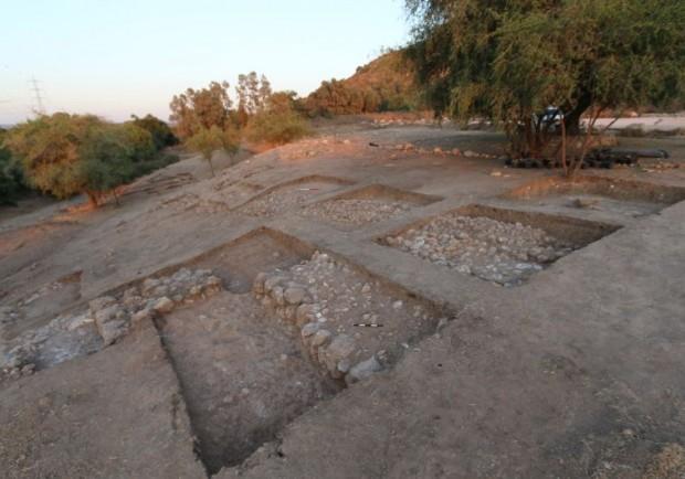 Os restos da muralha de Gath vistos no nível do chão (Crédito: Divulgação)