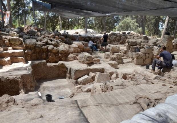 Arqueólogos fazem avaliação das ruínas (Crédito: Autoridade Israelense de Antiguidades)