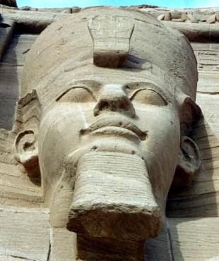 Faraó Ramsés 2º, muitas vezes visto como o faraó do Êxodo, embora a identificação seja duvidosa. (Crédito: Reprodução)