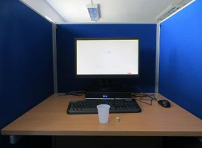 O sofisticado equipamento usado no estudo. Tipo, sério, foi só isso mesmo -- um copinho, um computador e um dado (Crédito: Reprodução)