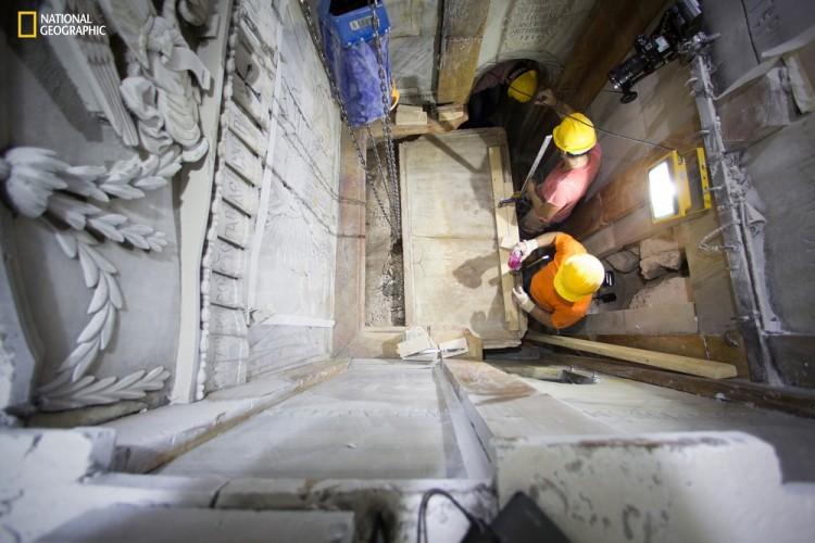 O momento em que os técnicos gregos retiraram a tampa de mármore (Crédito: Dusan Vranic/National Geographic via AP)