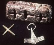 O molde com a cruz e o martelo (Crédito: Reprodução)
